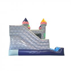 Château fort équipé d'un toboggan gonflable